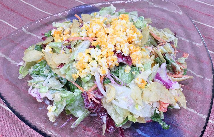 カット野菜とポテトチップスのサラダ